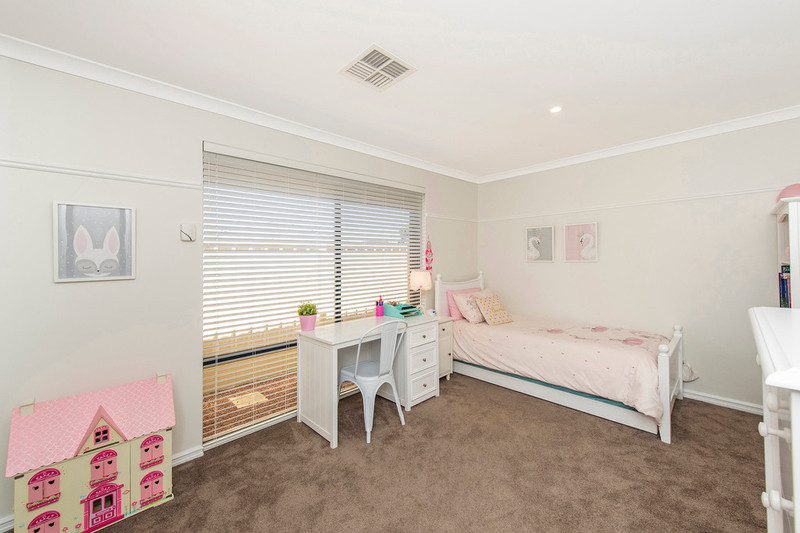 Photo - 13 Woolger Ramble Baldivis WA 6171  - Image 16