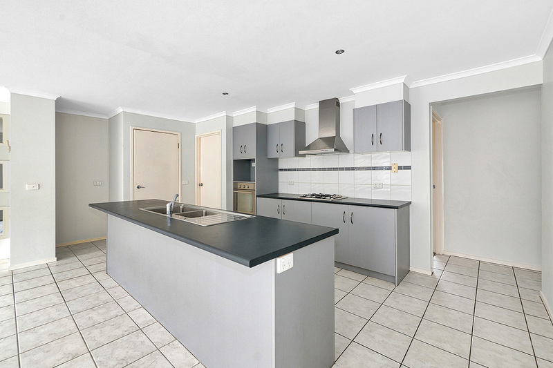 Photo - 17 Tyndall Street, Cranbourne East VIC 3977  - Image 4