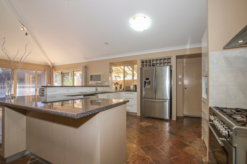 Photo - 18 Winchester Place, Ballajura WA 6066  - Image 3