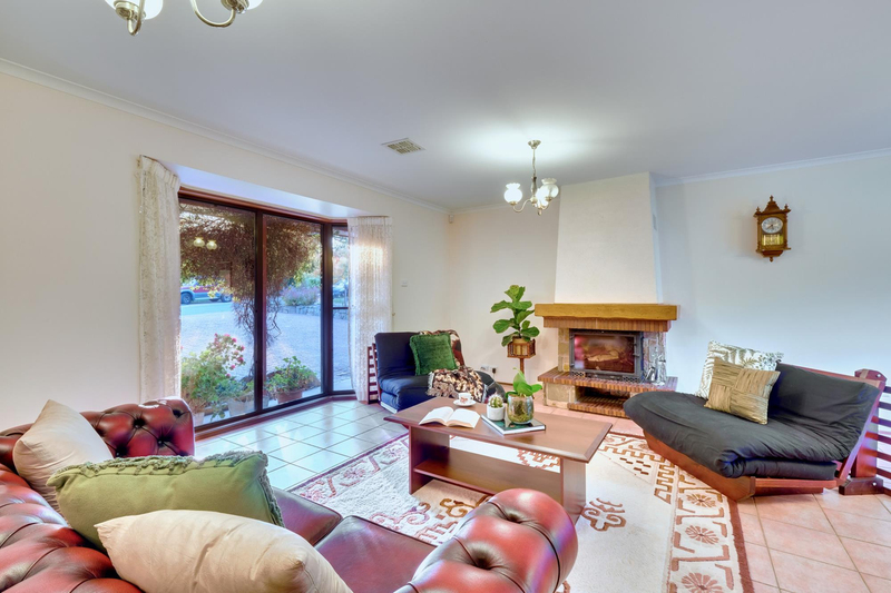 Photo - 21 Chataway Crescent, Fadden ACT 2904  - Image 7