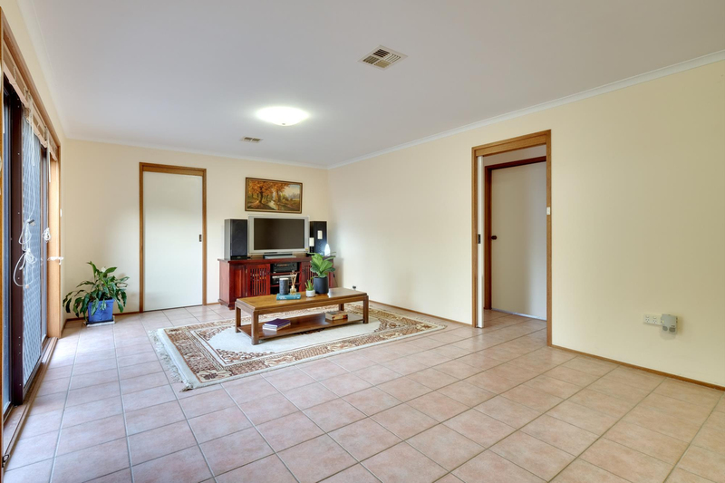 Photo - 21 Chataway Crescent, Fadden ACT 2904  - Image 10