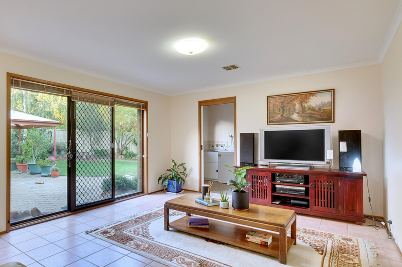 Photo - 21 Chataway Crescent, Fadden ACT 2904  - Image 12
