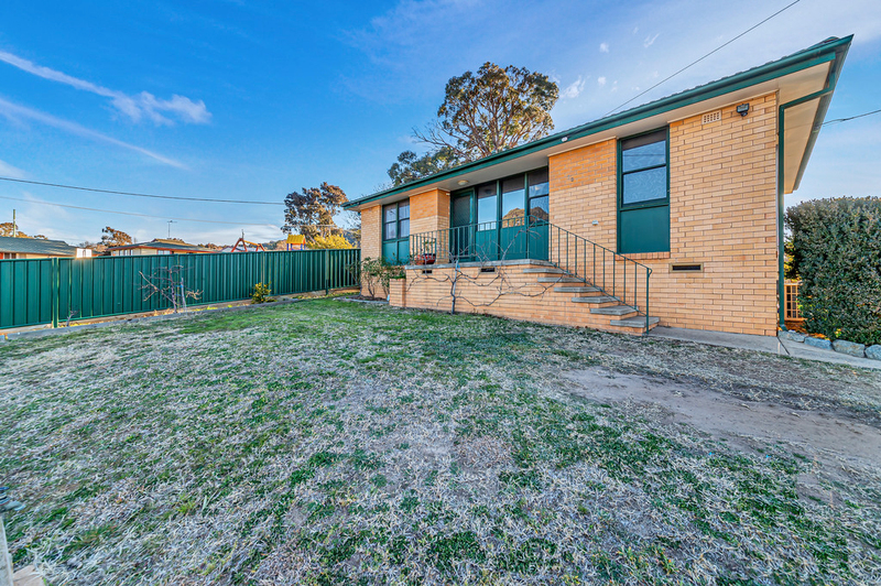 Photo - 23 Boronia Crescent, Karabar NSW 2620  - Image 2