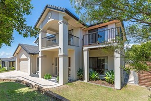 Large Family Home Plus study or 5th bedroom - 710m2 block