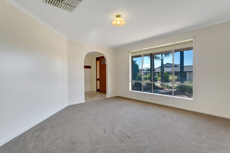 Photo - 34 Shillabeer Crescent, Woodcroft SA 5162  - Image 3