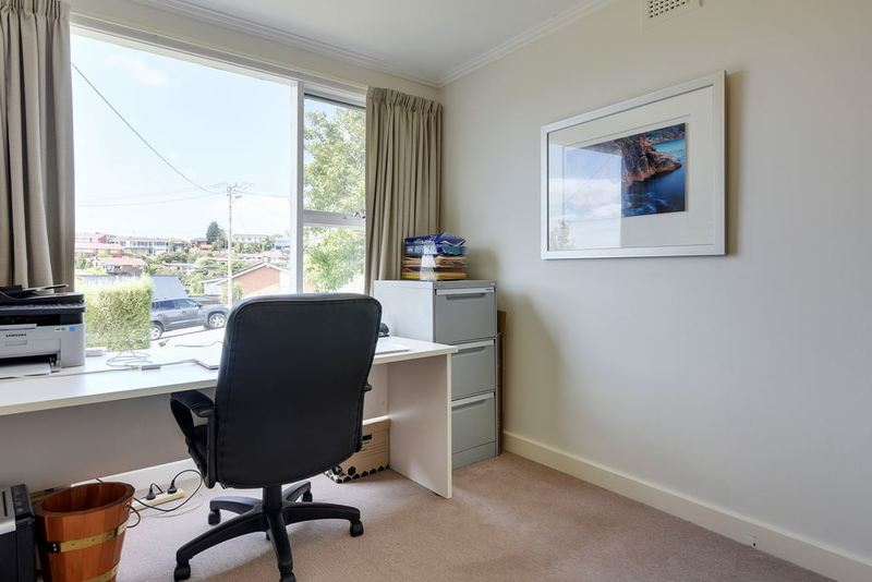 Photo - 8 Fehre Court, Sandy Bay TAS 7005  - Image 3